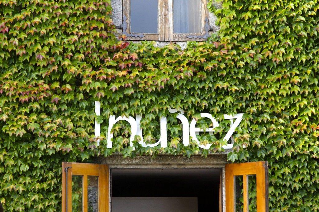 El Logo de la diseñadora Inuñez que encabezaba la puerta de salida de las modelos del desfile en el Pazo da Touza
