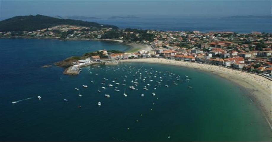 Vista desde el aire del puerto de Panxón y su playa, así como de la Playa de la Madorra