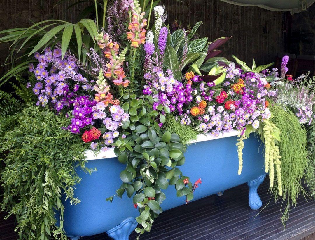 Bañera vintage de flores y plantas por Ana Cervera en el Pazo da Touza